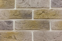 砖背景摘要纹理风化了被弄脏的老浅褐色的灰泥和被绘的红色黄色墙壁在农村屋子里 免版税库存图片