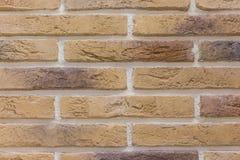 砖背景摘要纹理风化了被弄脏的老浅褐色的灰泥和被绘的红色黄色墙壁在农村屋子里 库存照片