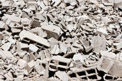 砖被中断的灰色堆 库存图片