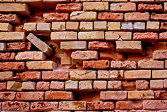 砖被中断的红色墙壁 库存照片