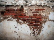 砖被中断的老墙壁 免版税库存图片