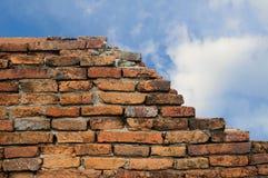 砖被中断的老墙壁 免版税库存照片