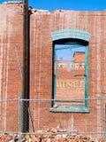 砖被打碎的墙壁视窗 库存图片