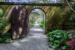 砖被围住的英国庭院曲拱门 免版税库存图片