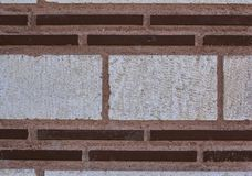 砖装饰墙壁 狭窄的红砖和宽白色砖 库存照片