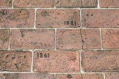 砖走道铭刻与年1861和1981年 免版税库存照片