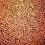 砖路面葡萄酒作用 有弧主题的明亮的车行道 免版税图库摄影