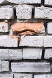 砖轻的墙壁 老结构 大裂缝 免版税库存图片