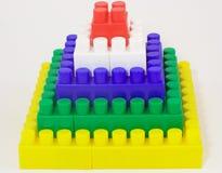 砖金字塔玩具 免版税库存照片