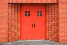 砖门红色墙壁 库存图片