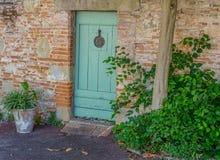 砖门绿色墙壁 库存图片