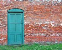 砖门绿色老土气墙壁 免版税库存照片
