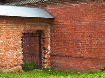 砖门透雕细工墙壁 免版税图库摄影