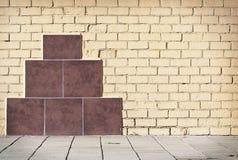 砖难看的东西被风化的墙壁背景 免版税库存照片