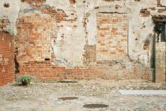 砖难看的东西被风化的墙壁背景 免版税库存图片