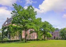 砖monastry在一个豪华的绿色环境里,提耳堡大学,荷兰 免版税库存照片
