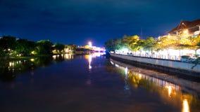 砰地作声河在夜场面在清迈,泰国 库存照片