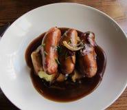 砰然作响物和饲料(香肠和土豆泥)在伦敦餐馆 库存照片