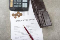 破产一枚笔、计算器和硬币的概念图象在财政文件 库存图片