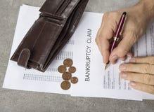 破产一枚笔、计算器和硬币的概念图象在财政文件 免版税库存照片