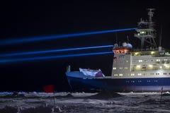 破冰船在研究站点的调查船 图库摄影