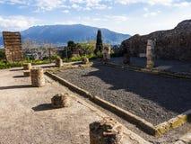 破坏俯视接近一次被埋没的罗马市的新的镇在那不勒斯南部的庞贝城在维苏威火山阴影笼罩下 图库摄影