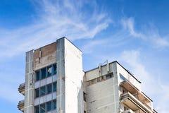 破旧的市政房子在蓝天下 库存图片
