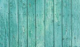 破旧的板条被风化的木背景 淡色绿松石颜色 雪片切削的剥的油漆纹理 土气 免版税图库摄影