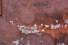 破旧的老红色混凝土墙与画 图库摄影