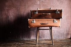 破旧的葡萄酒被堆积的古老手提箱旅行 免版税库存图片