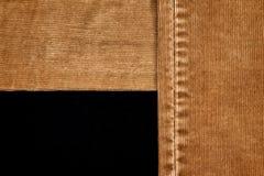 破旧的裤子牛仔裤特写镜头细节  免版税库存照片