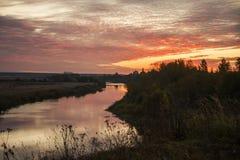 破晓在秋天乡下,俄罗斯的背景的Nerl河 库存照片