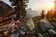 破晓在西伯利亚自然公园Ergaki山  太阳` s 免版税库存照片