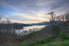 破晓的湖Chatuge在Hiawassee乔治亚 库存图片