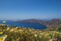 破火山口的圣托里尼视图 免版税库存图片