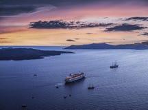 破火山口的顶视图在日落的在Fira附近镇  海岛oia santorini 图库摄影