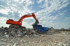 破碎机挖掘机装载石头石头 免版税图库摄影