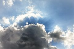 破裂从云彩的后面太阳光芒 免版税图库摄影