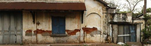 破裂和被腐蚀的墙壁的全景在老葡萄酒商店前面的 免版税库存图片