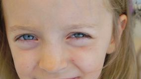 破裂在笑的一个愉快的小女孩的特写镜头画象 迟缓地 影视素材