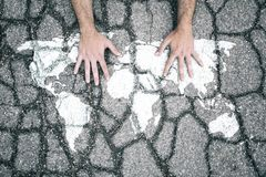 破裂的世界地图标志用人的手 免版税库存照片