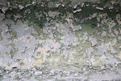破裂的削皮构造了在混凝土墙壁上的五颜六色的油漆  免版税库存图片