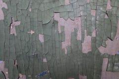 破裂的削皮构造了在混凝土墙壁上的五颜六色的油漆  免版税库存照片