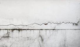 破裂的墙壁,损坏的水泥房子 免版税库存图片