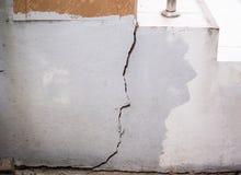 破裂的墙壁,损坏的水泥房子 库存图片