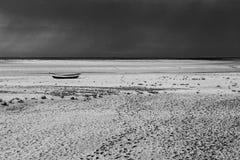 破裂的干燥地球上的偏僻的小船 免版税库存照片