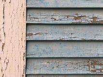 破裂的油漆纹理岗位和房屋板壁 免版税库存照片
