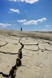 破裂的落寞地球横向走的妇女 库存图片
