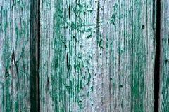 破裂的被风化的鲜绿色破旧的别致绘了木板纹理 免版税库存照片