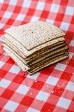 破裂的matzoth和堆后边matzoth,面包屑,犹太传统假日食物 库存照片